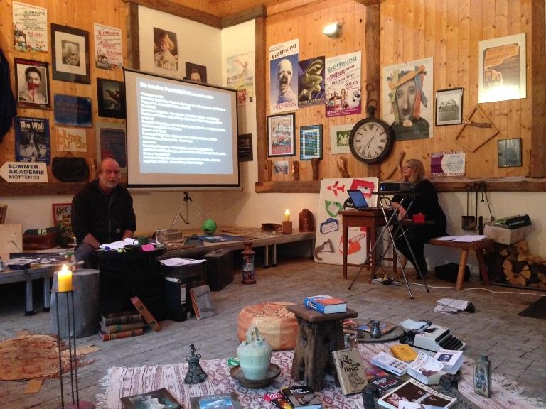 ... und wir beginnen inmitten dieses kreativen Veranstaltungsraumes mit dem Erlernen, Erproben sowie der konstanten Anwendung verschiedenster Kreativitätstechniken.