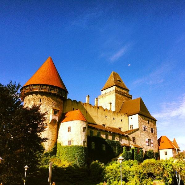 Das niederösterreichische Waldviertel: Ankommen am Fuße der Burg Heidenreichstein, eine der schönsten historischen Wasserburgen Österreichs.